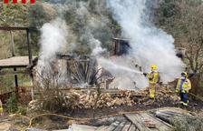 Los Bomberos sofocan el incendio de unas barracas en Isona