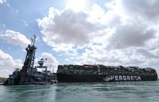 Los responsables del canal de Suez no saben cuándo se restablecerá el tráfico