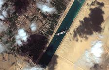 Reflotan parcialmente el buque varado tras seis días en el canal de Suez