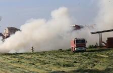 Sofocan un aparatoso incendio en el pajar de una granja de Alguaire