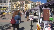 Rosas y libros llenan la Plaza Mercadal de Balaguer