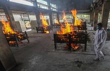 Una Índia desbordada crema els morts per Covid als carrers
