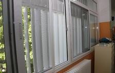 Mosquiteres per a vuit finestres del col·legi de Mequinensa