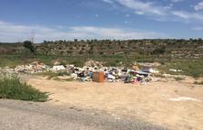 Denuncian vertidos ilegales en el acceso a Mas de Melons