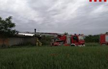 Sofocan un incendio en una masía de Isona