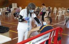 Otros 500 temporeros reciben la vacuna de Janssen en Aitona