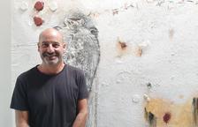 El artista de Ponts, junto a una de sus obras de 'Diàlegs amb la terra'.
