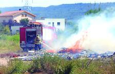 Incendi en un solar al costat de l'Institut Josep Vallverdú de les Borges