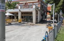 Reparen la plaça de l'Ajuntament de Mequinensa per les fugues a la font