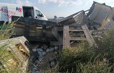 Cues a l'autovia A2 per un camió accidentat