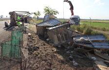 Los trabajos para la retirada del camión siniestrado se alargaron hasta el mediodía.