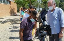 Alumnes de l'escola Antònia Simó d'Almacelles observen l'eclipsi de sol