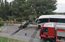 Muere el conductor de un turismo en un choque frontal contra un autocar escolar en Lleida
