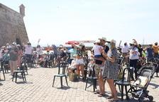 El públic ahir a la plaça de la Sardana, amb les gorres dissenyades per Natura.