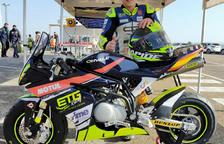 Aleix posa amb la moto que pilota a les FIM MiniGP World Series que van arrancar fa una setmana.