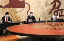 El president Aragonès y el vicepresident Puigneró, ayer, al inicio de la reunión del Consell Executiu.