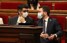 El presidente del Govern, Pere Aragonès, conversa con el vicepresidente, Jordi Puigneró, durante el pleno en el Parlament.