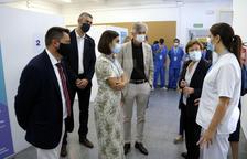 Carmen Cabezas, a la dreta de la imatge, al costat del conseller Argimon, en un moment de la seua visita a Alcarràs.