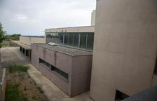 L'edifici fa una dècada que està acabat i sense ús.