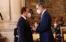 Momento en el que Felipe VI impuso la Orden del Mérito Civil a Albert Esteve Robles.