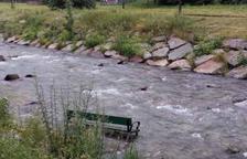 Uno de los bancos en el cauce del río Garona en Vielha.