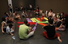 Uno de los talleres artísticos para familias con pequeños, ayer en el Museu de Lleida.