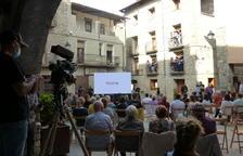 Els veïns, a la plaça del Mercat de Salàs de Pallars.