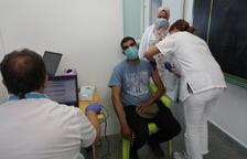 Salut va concentrar ahir a Alcarràs la vacunació a treballadors de la fruita d'aquesta setmana.