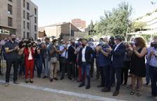 Desenes de persones acompanyen Miquel Serra en el judici per l'1-O