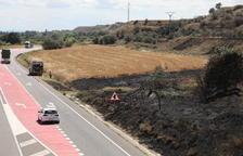 Un incendi talla durant tres hores la C-12 a Menàrguens