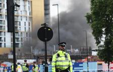 Espectacular incendi al sud de Londres amb almenys un afectat