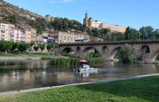Limpian de algas el cauce del río Segre en Balaguer