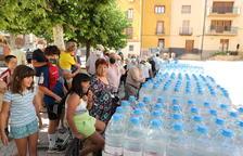 Bovera reparteix 528 garrafes d'aigua entre els seus veïns