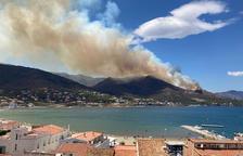 Un incendi a Llançà obliga a desallotjar 3 urbanitzacions