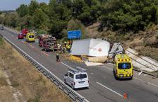 Ferit en un aparatós accident que talla l'autovia a Alcarràs