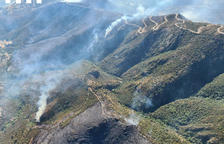 L'incendi de Llançà ja arrasa 410 hectàrees, encara que podria estabilitzar-se al matí