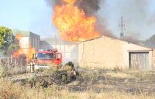 Un espectacular incendi calcina 4 magatzems i el remolc d'un camió a Torrelameu