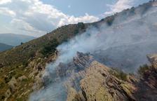 Bomberos trabajando en la extinción del fuego de ayer en Llavorsí.