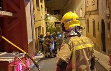 Rescatan a una vecina de Almenar por la azotea al incendiarse su casa