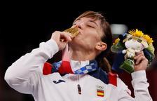Sandra Sánchez besa su medalla de oro en kárate.