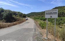 Carteles para no circular por la vía de Bellaguarda a Els Torms