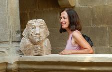 La artista, residente en Cervià de les Garrigues, con una de sus obras en la Casa Gran del Miracle.