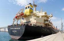 Este barco transporta forrajes de Tarragona hacia Asia.