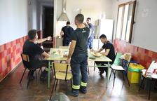 Los bomberos de Seròs, en el albergue al quedarse sin parque