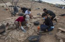Arqueòlegs i estudiants excaven a la necròpolis tumulària d'Almenara