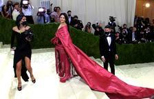 Rosalía, con un vestido rojo inspirado en el mantón de Manila.