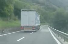 Circula con su camión invadiendo el carril contrario en la N-230