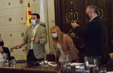 Viaplana recoge la vara de alcalde  -  Francesc Viaplana recogió ayer la vara de alcalde de manos de su predecesor Jordi Fàbrega que será vicealcalde de la capital del Alt Urgell hasta final del mandato en 2023 en virtud del acuerdo entre partid ...