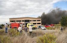 Espectacular incendi en una nau de Torrefarrera