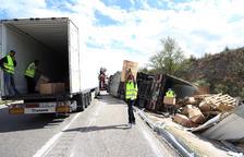 Vuelca un camión cargado con ropa en la autopista en Vinaixa
